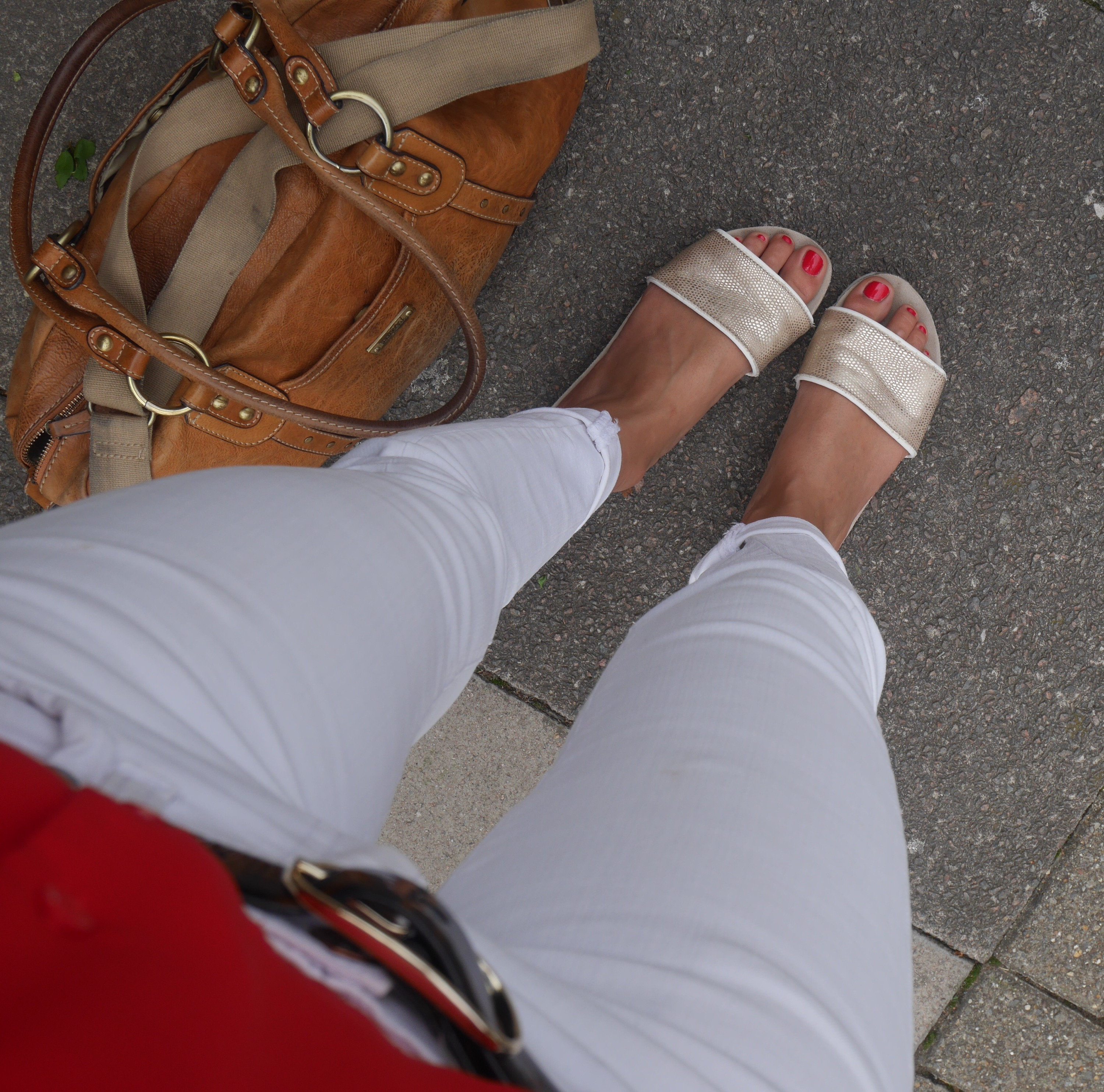 cocomamastyle | mum style blog UK | outfit of the day | white jeans gold slides red top