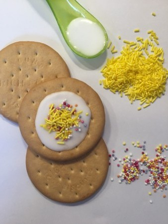 cocomamastyle party activity decorate biscuits